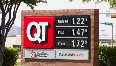 创纪录的低汽油价格对在经济学的角度分析是有利还是不利?