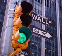 道琼斯上涨,纳斯达克领先市场,标准普尔500指数创下新高;四只股票出现