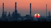 由于美元疲软,石油价格上涨。投资者权衡供应增加,需求前景