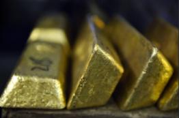 黄金录得 15 个月来最大单周跌幅后持稳